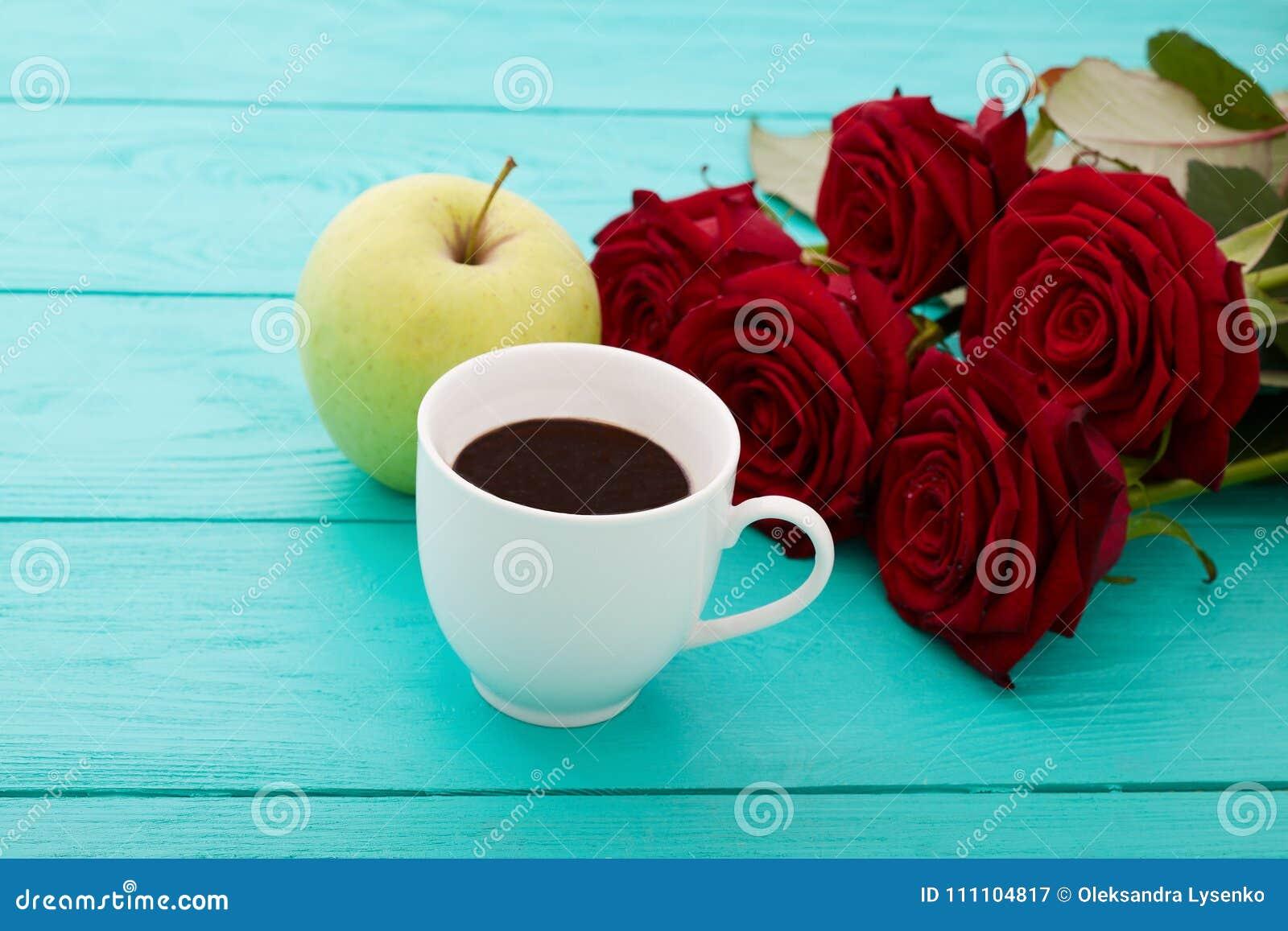 Filiżanka kawy, jabłko na błękitnym drewnianym stole Odgórny widok Egzamin próbny Up gorący napój Selekcyjna ostrość Rewolucjonis