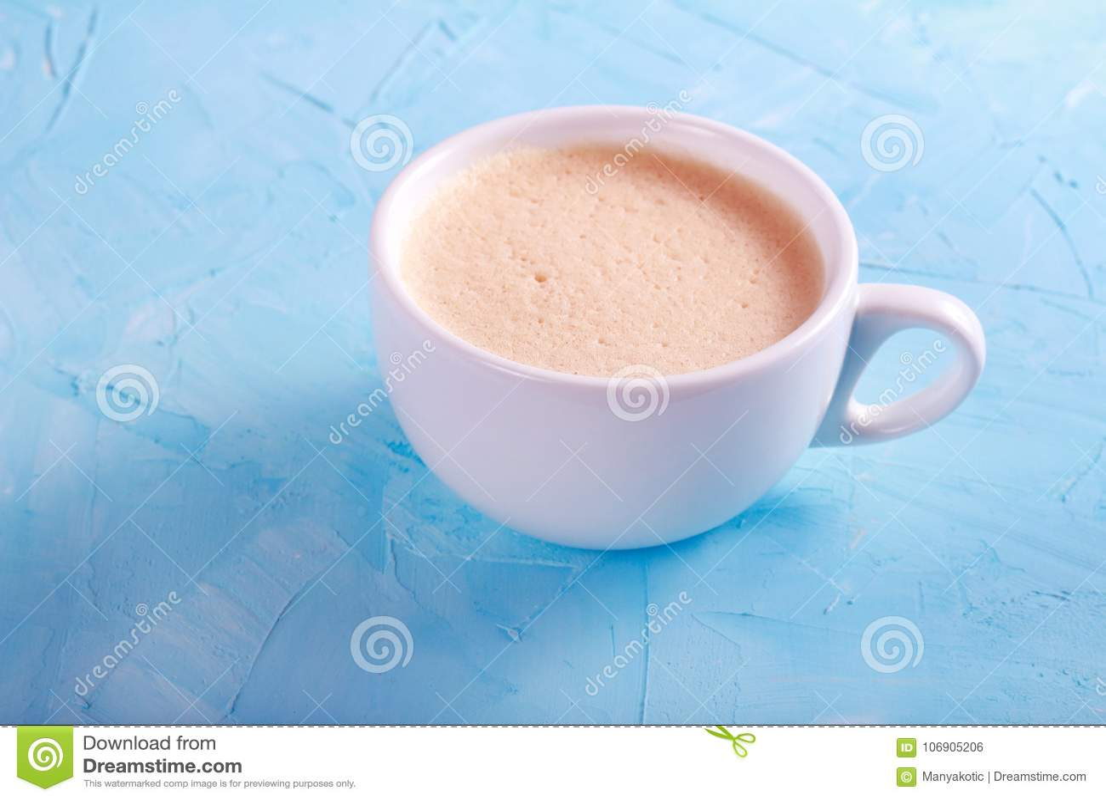 Filiżanka kawy nad błękitnym tłem