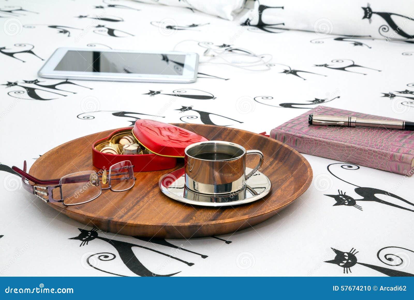 Filiżanka kawy, oczu szkła, notatnik