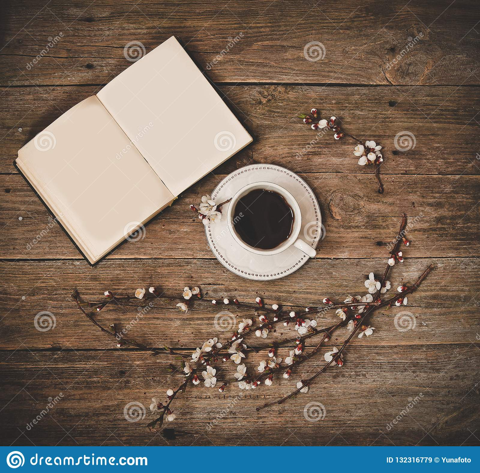 Filiżanka spodeczka kawowej białej książki drewniany tło