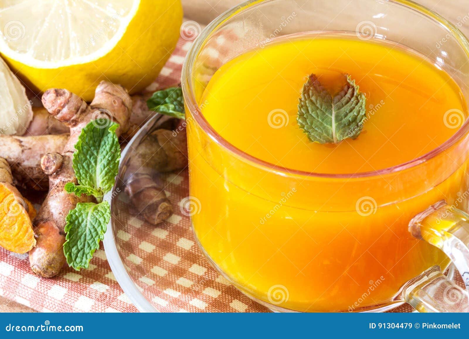 Filiżanka Turmeric herbata z cytryną i imbirem, korzyści dla reduc