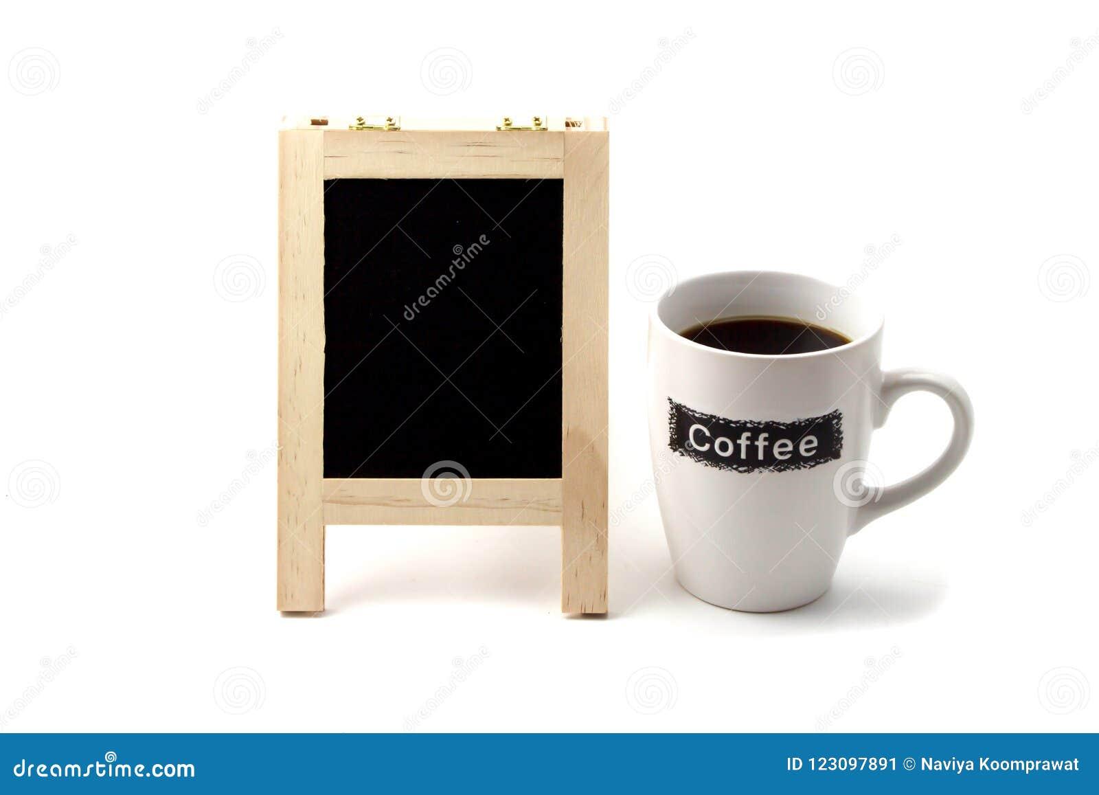 Filiżanka z pustą czerni deski przestrzenią na białym tle