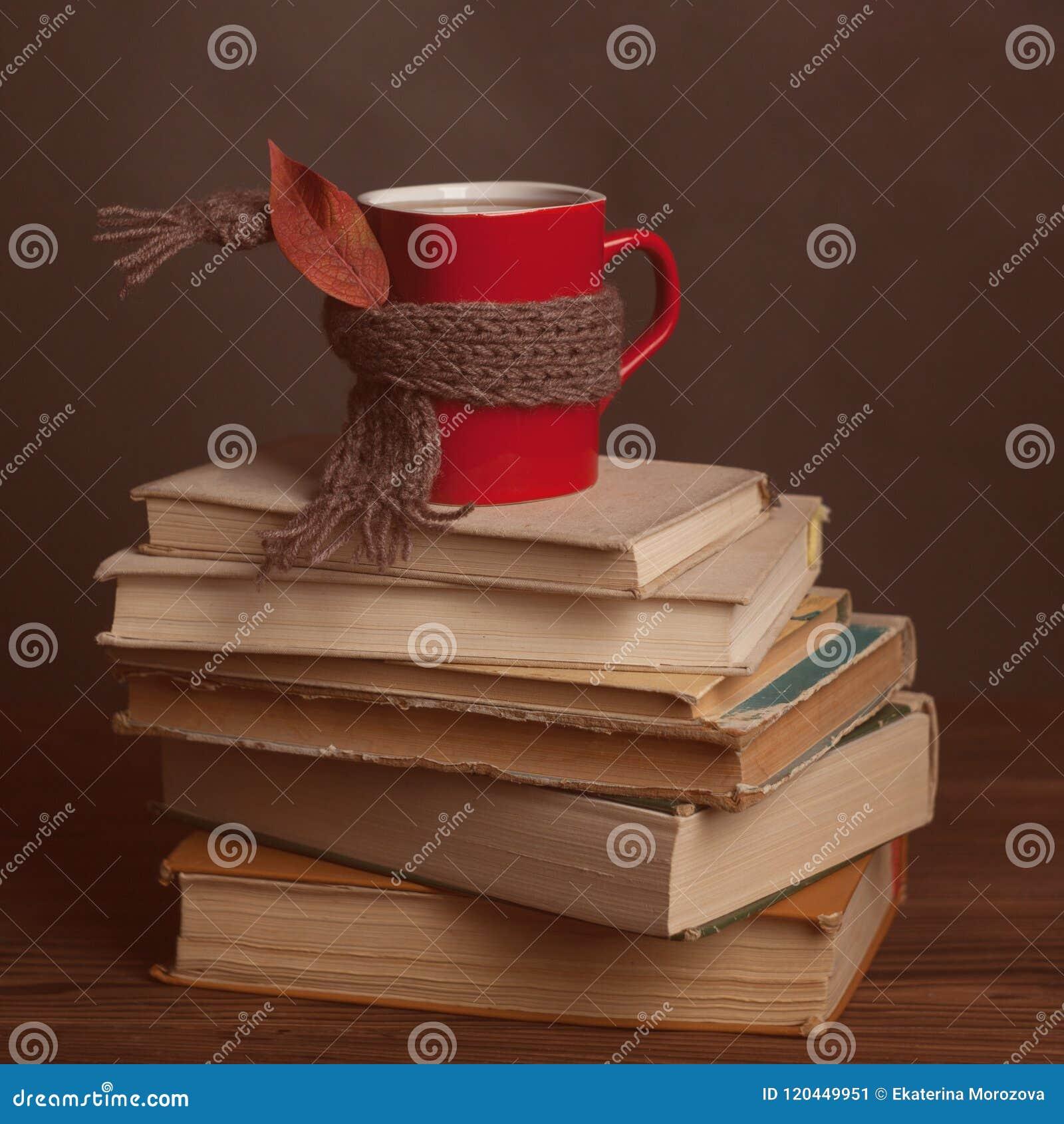Filiżanki herbata, i, stonowana fotografia Jesieni pojęcia sterta książki, kawa