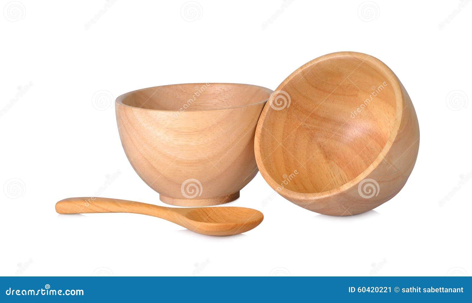Filiżanki i drewniane łyżki na białym tle