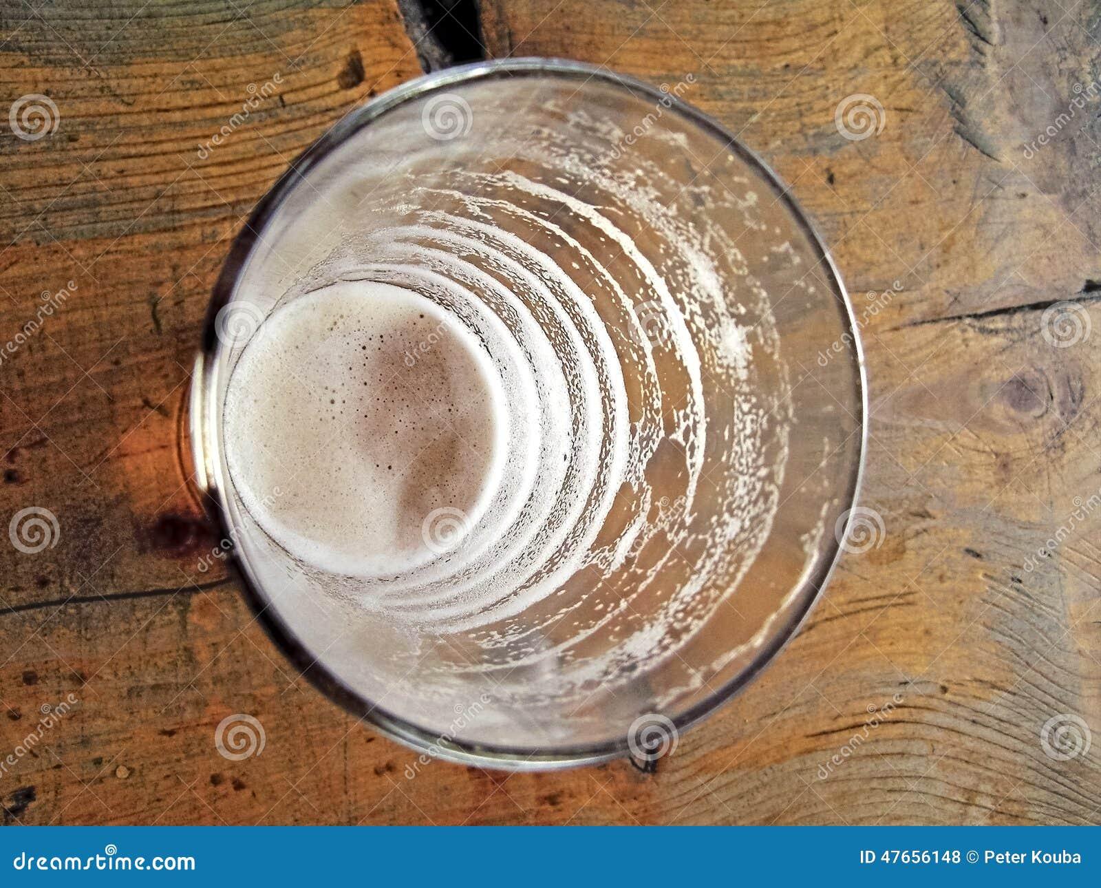 Filiżanki i napoju piwni znaki maleć