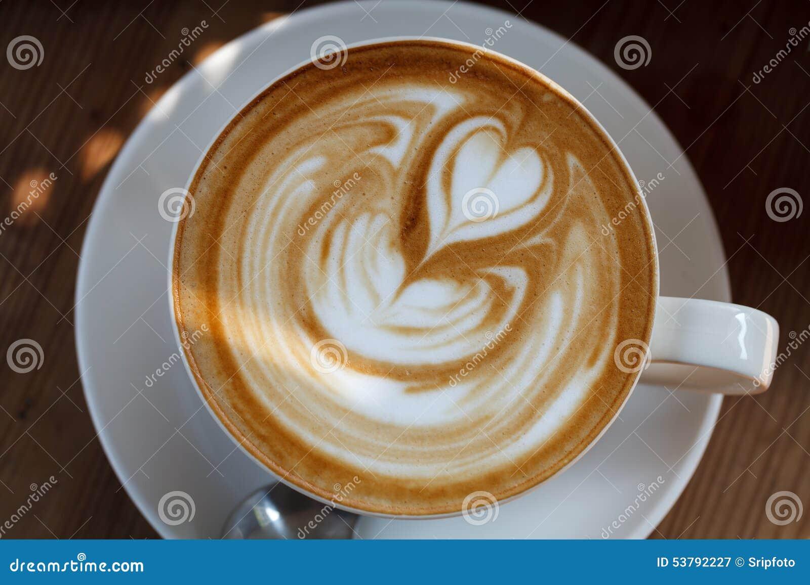 Filiżanki kawy latte na drewno stole