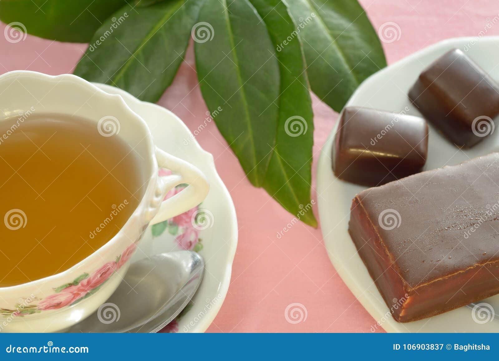 Filiżanka herbata, czekolady i ciasto,