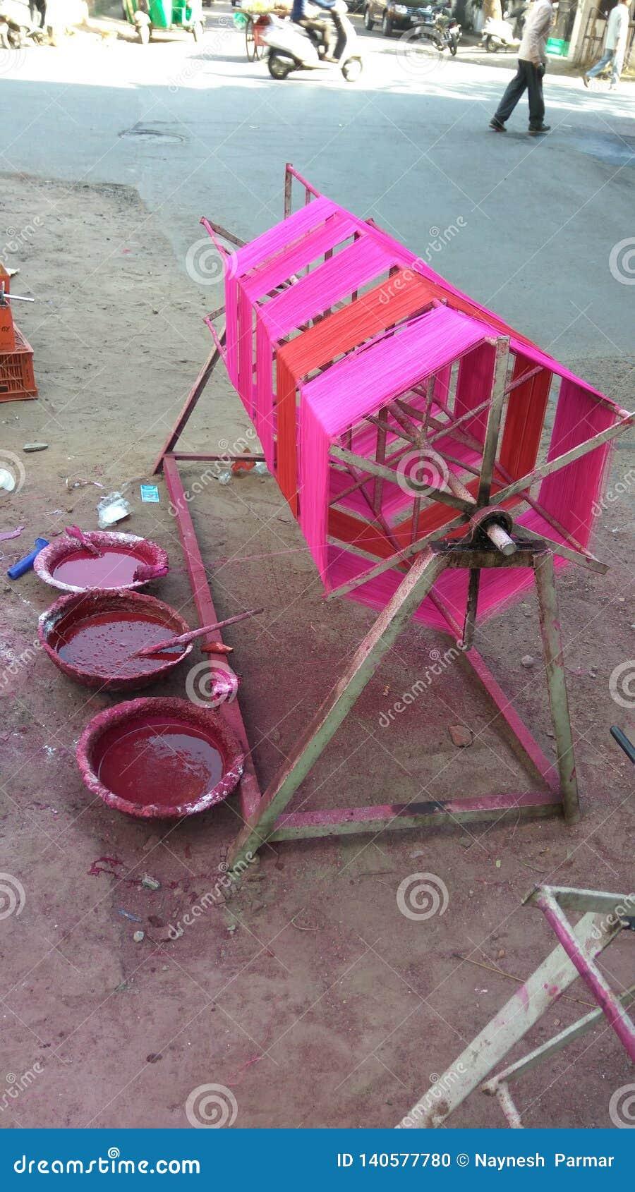 Fili di coloritura sullo strumento di filatura manuale per il festival dell aquilone