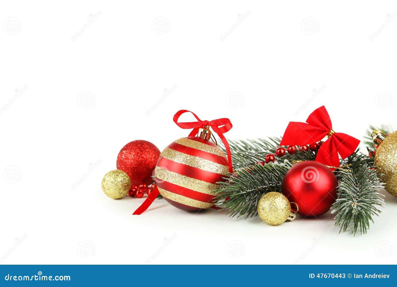 Filial av julgranen med bollar som isoleras på vit bakgrund
