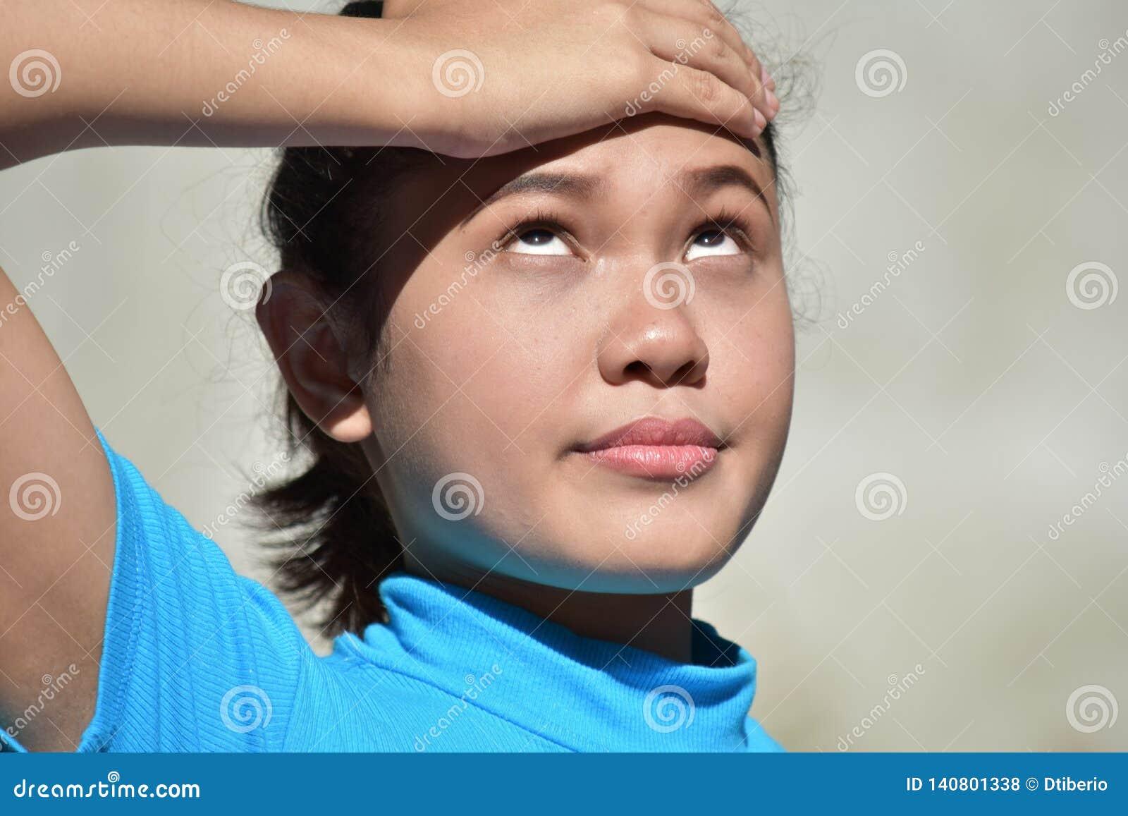 Filipina Female With Headache jovem