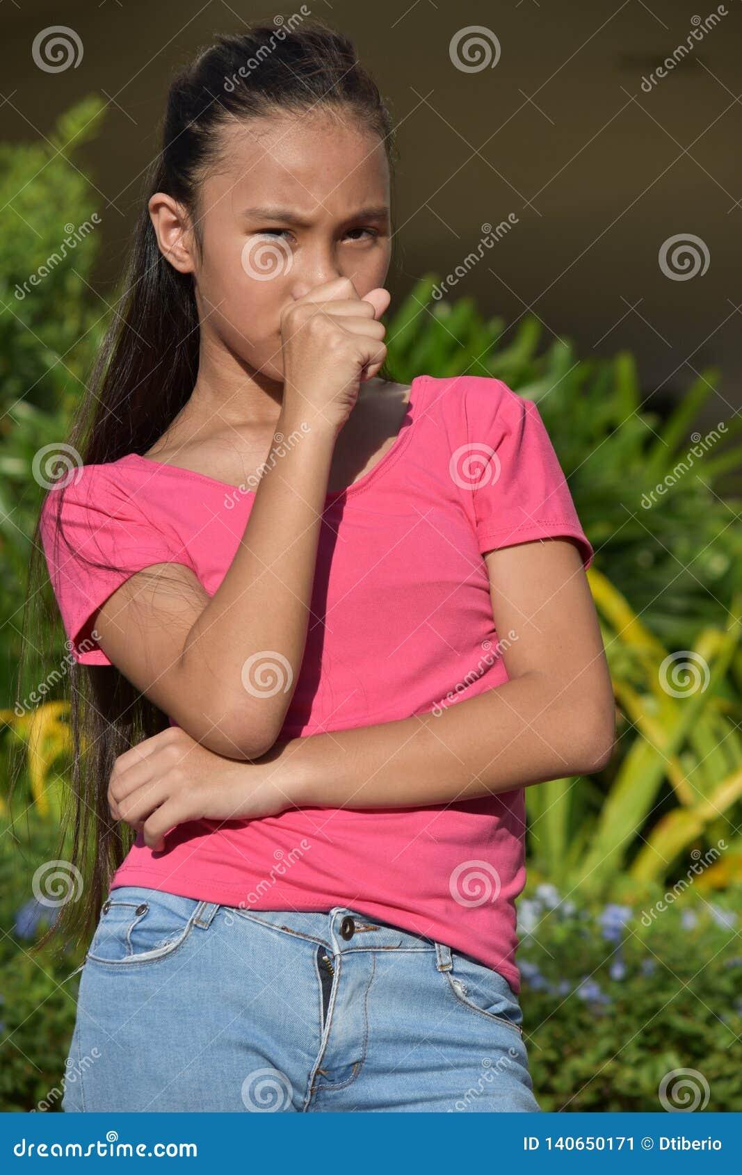 Filipina Teen Girl Coughing jeune