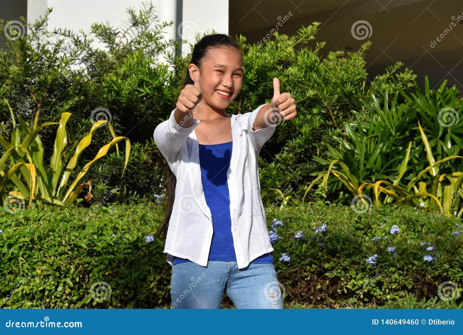 Filipina Teen Girl With Thumbs jeune