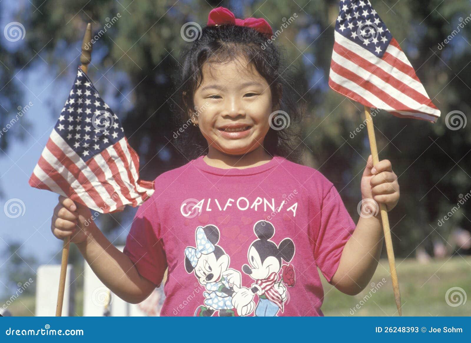 Filippinsk-Amerikanska ett flickaholdingAmerika flaggor