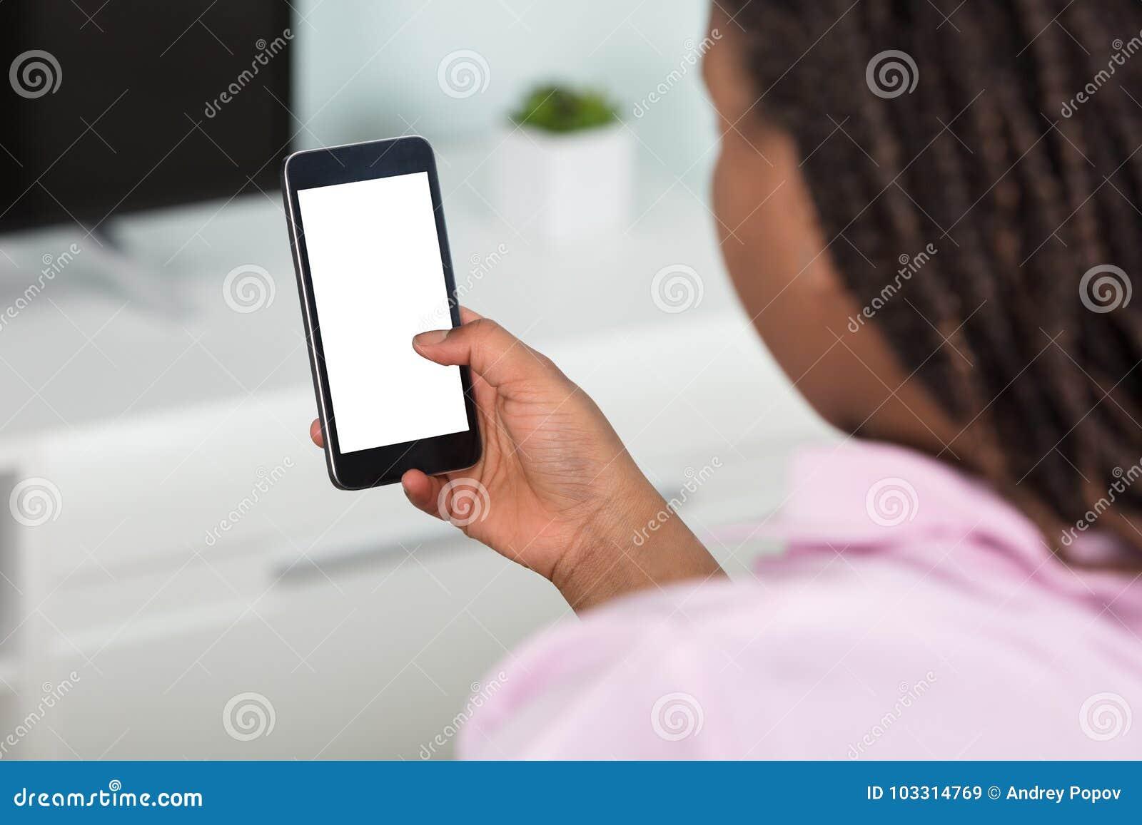 Fille à l aide du téléphone intelligent