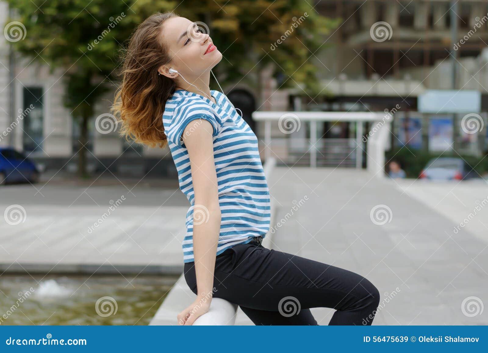 Fille écoutant la musique à l arrière-plan de la ville