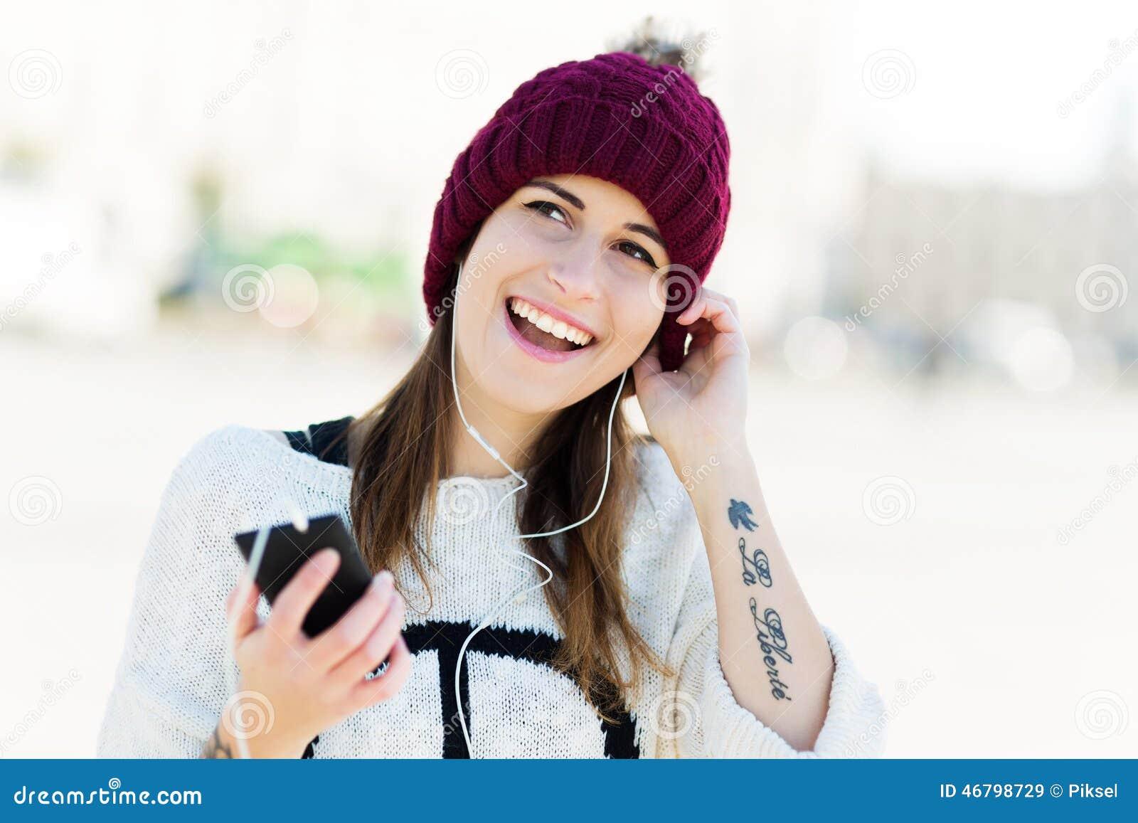 Fille écoutant la musique sur le smartphone