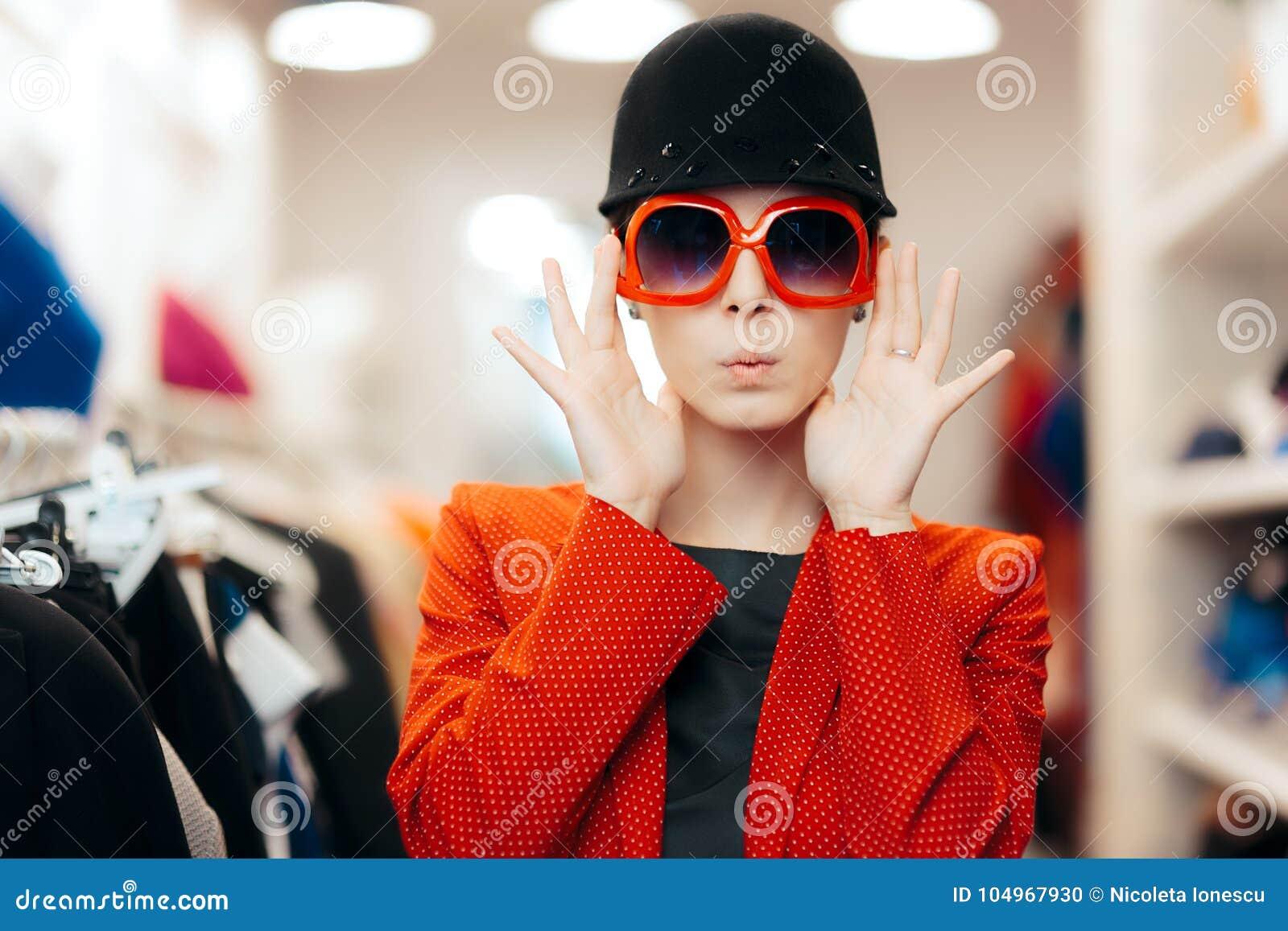 56e3674a77 Fille élégante excentrique de mode avec de grandes lunettes de soleil et  chapeau chic