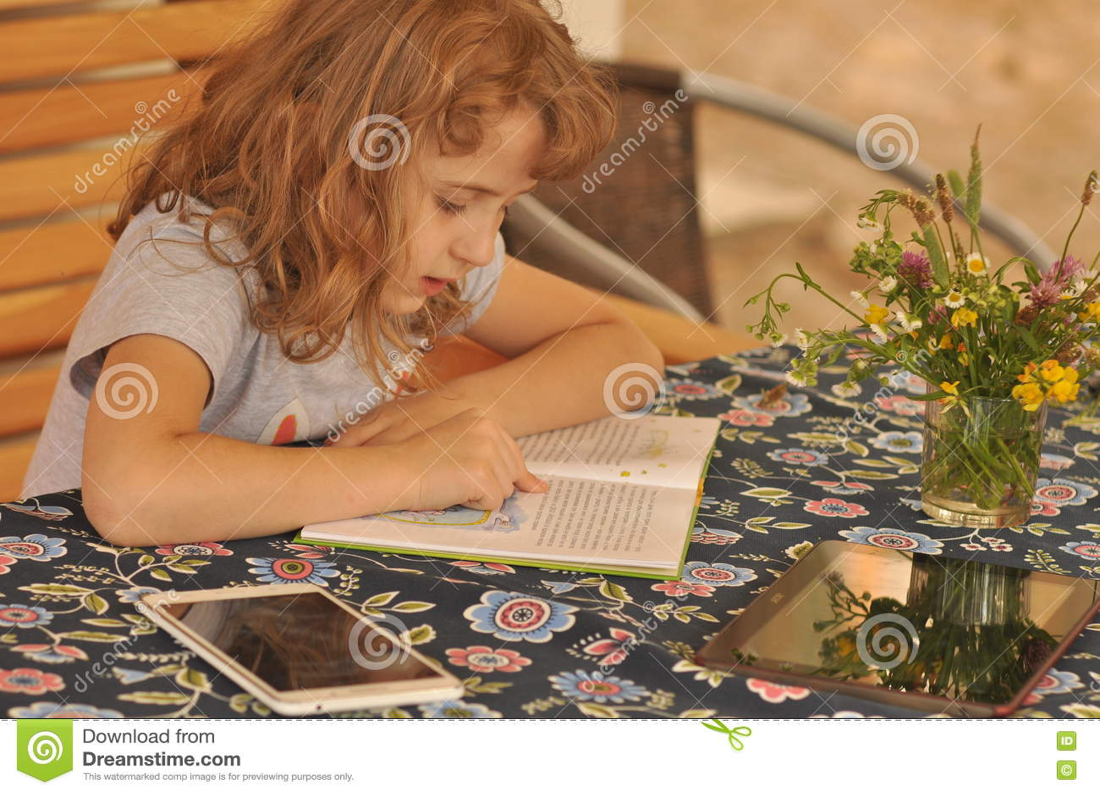 Fille affichant un livre