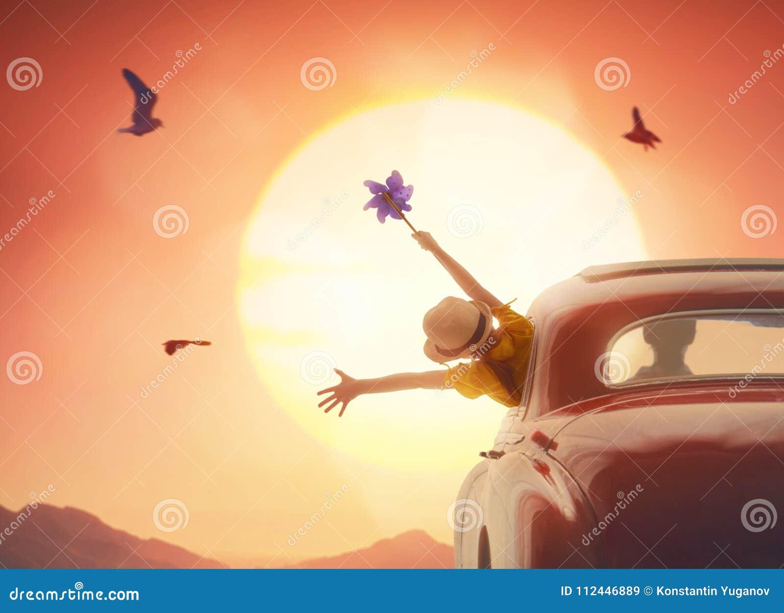 Fille appréciant le voyage par la route