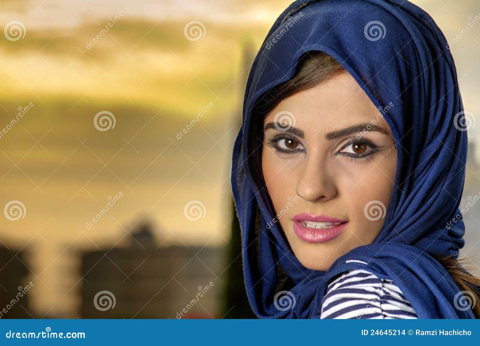Fille Arabe fille arabe de beauté sensuelle avec le hijab photo stock - image du