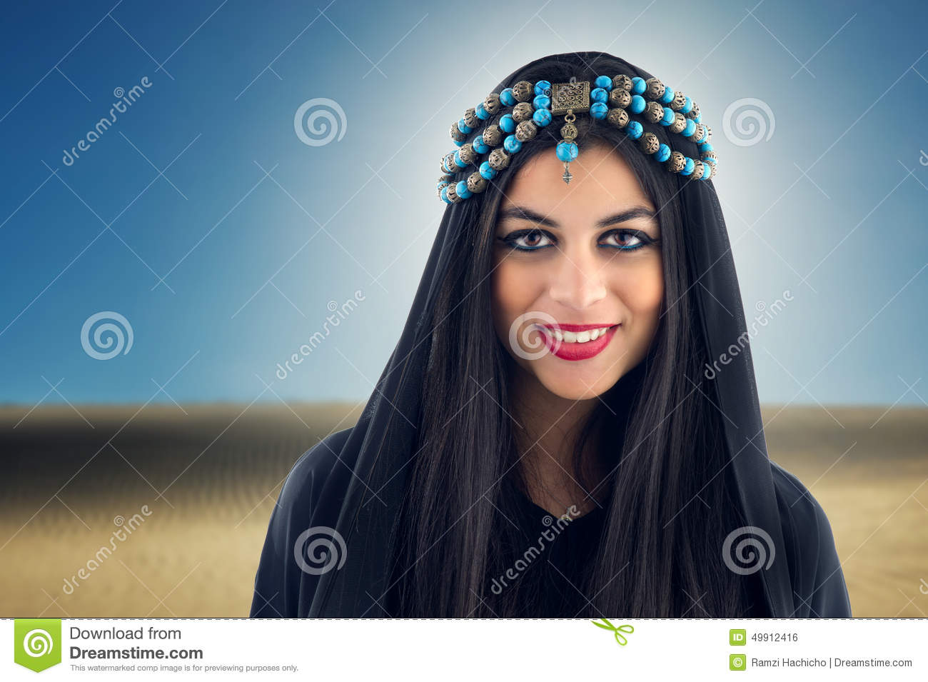 Fille Arabe fille arabe portant le foulard traditionnel photo stock - image du