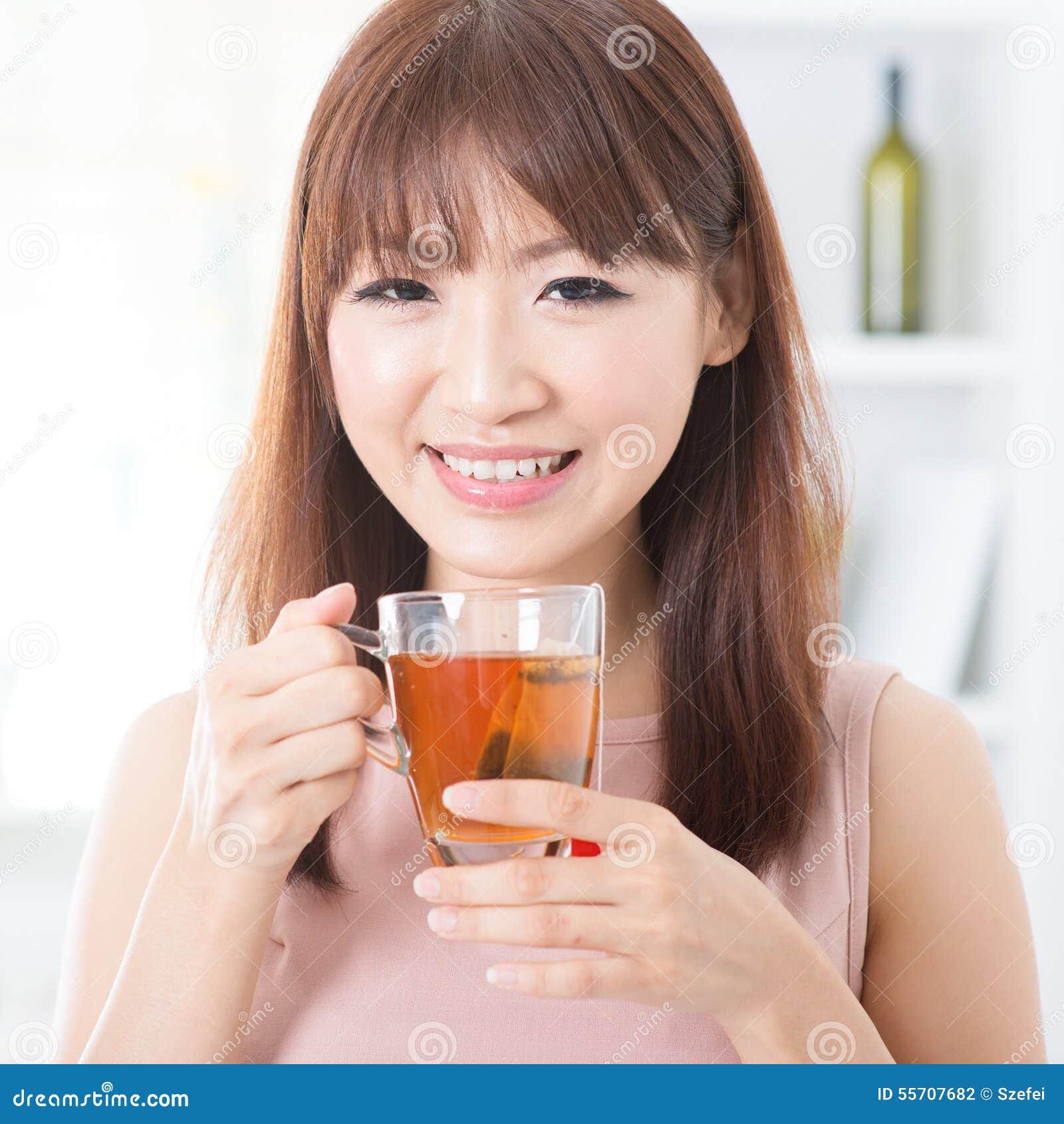 Fille asiatique appréciant le thé