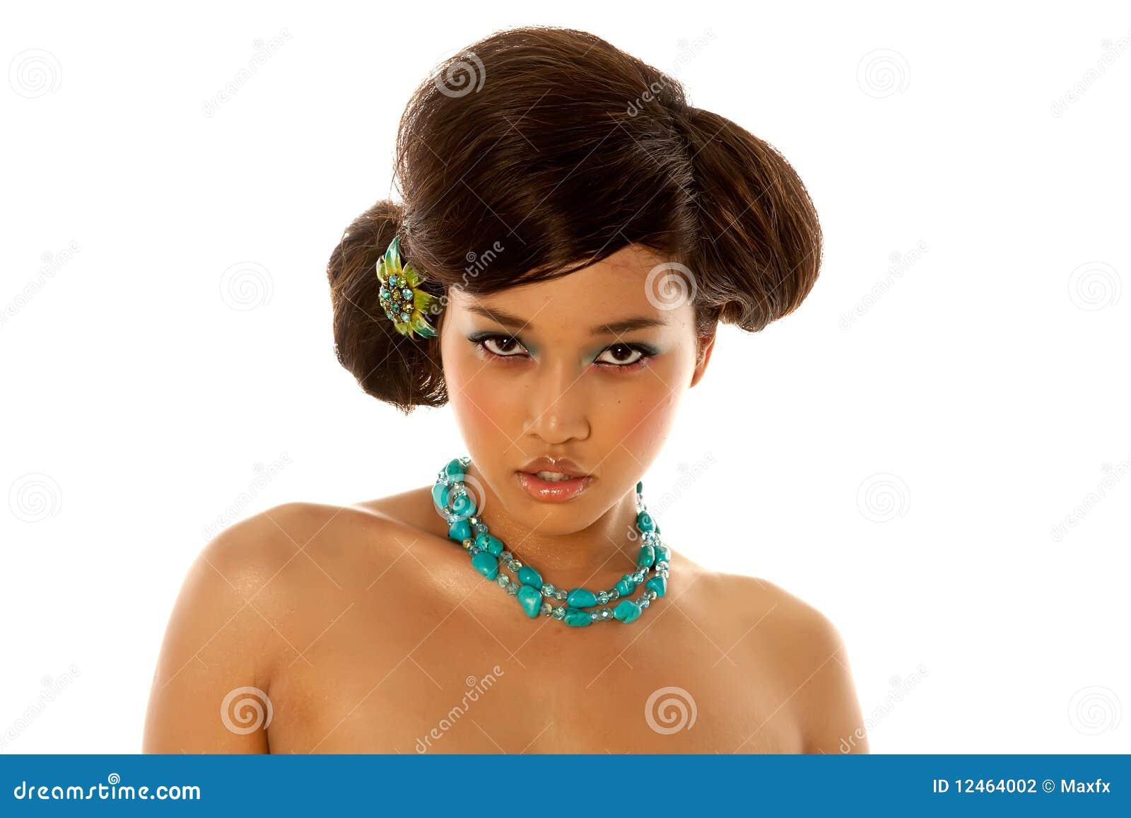 Fille asiatique avec la coiffure et le renivellement