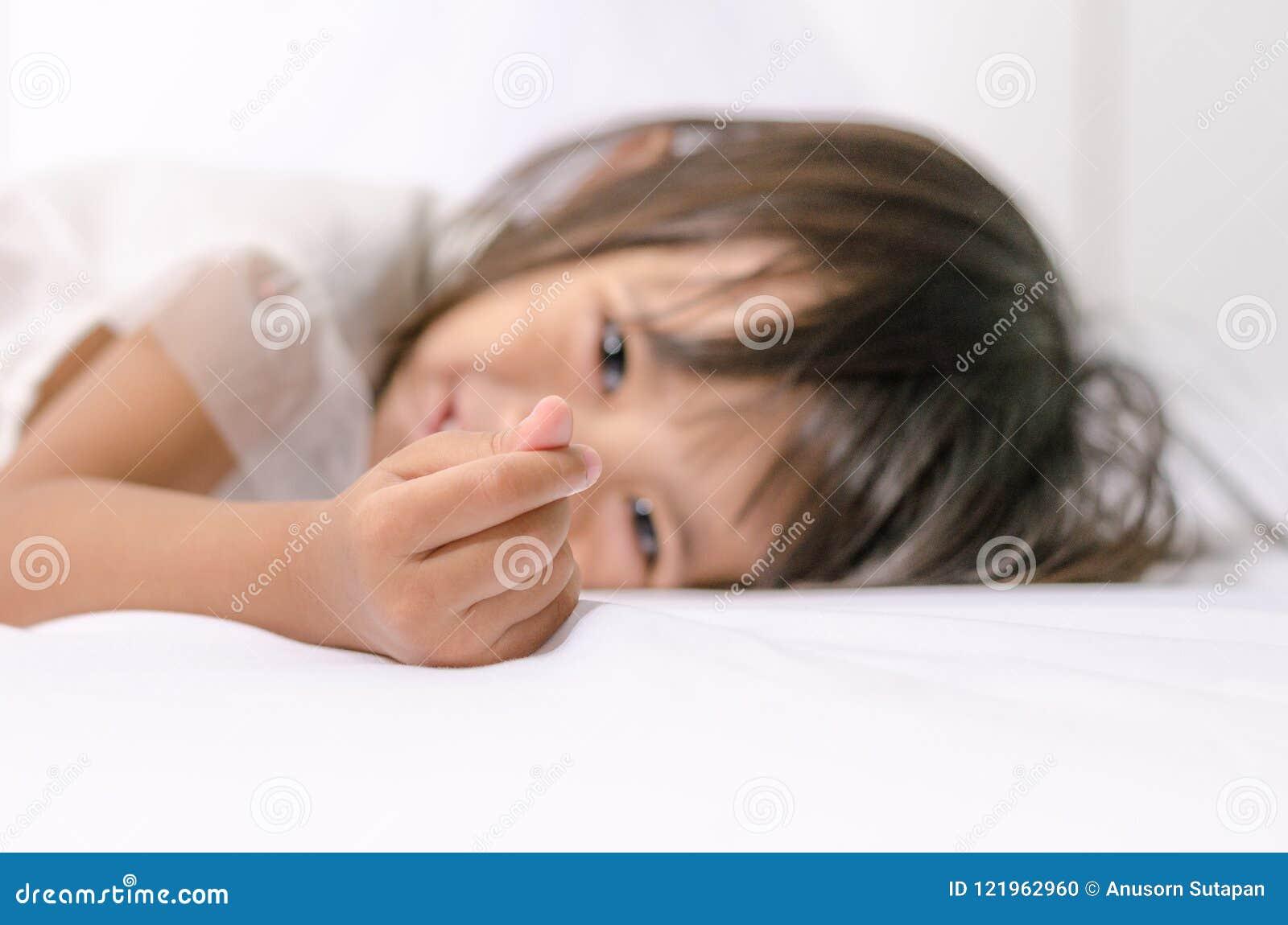 Fille asiatique d enfant en bas âge d enfant faisant le mini signe de coeur par sa main