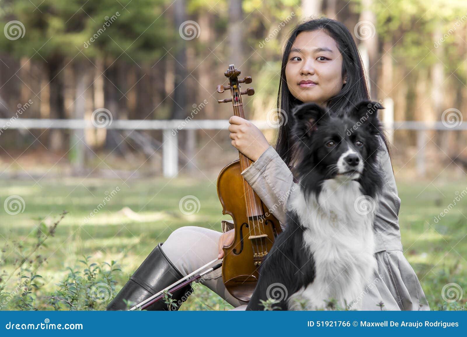 Fille asiatique mignonne avec un violon