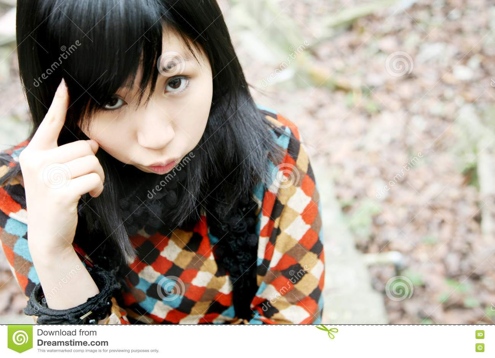 Fille asiatique regardant la visionneuse