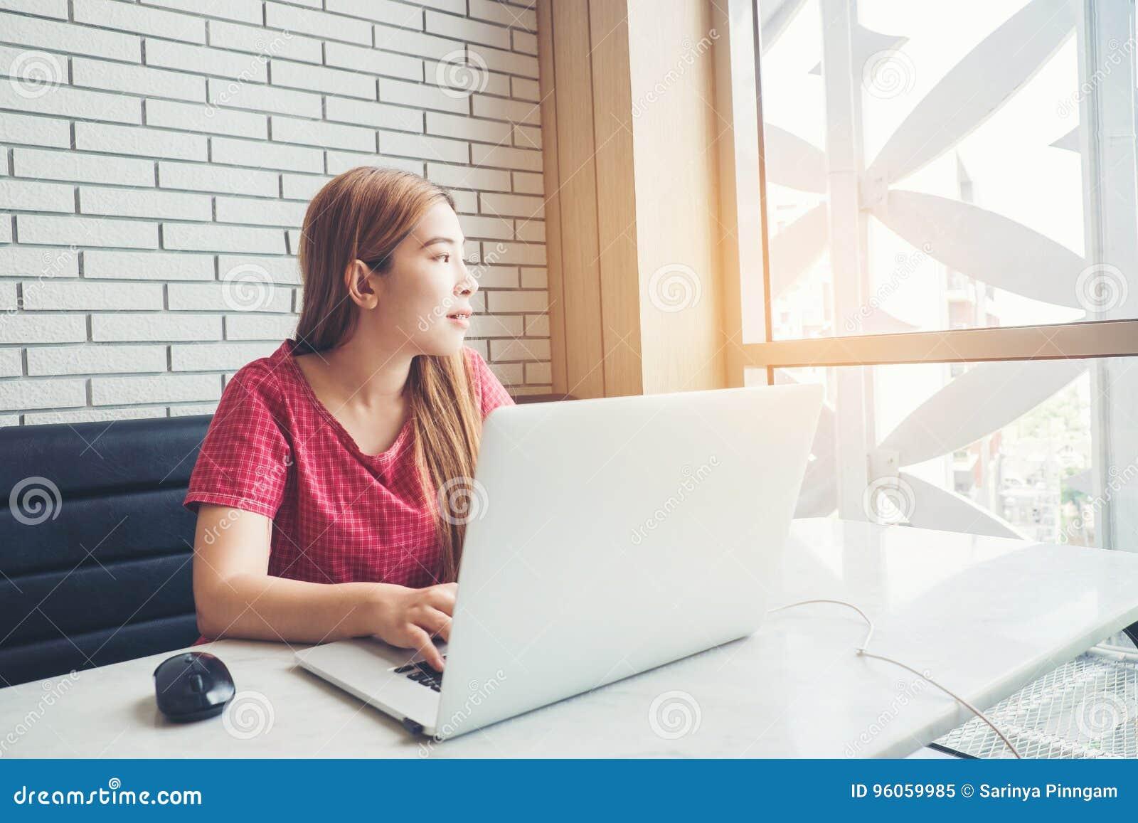 Fille asiatique travaillant au café avec un ordinateur portable freelan femelle
