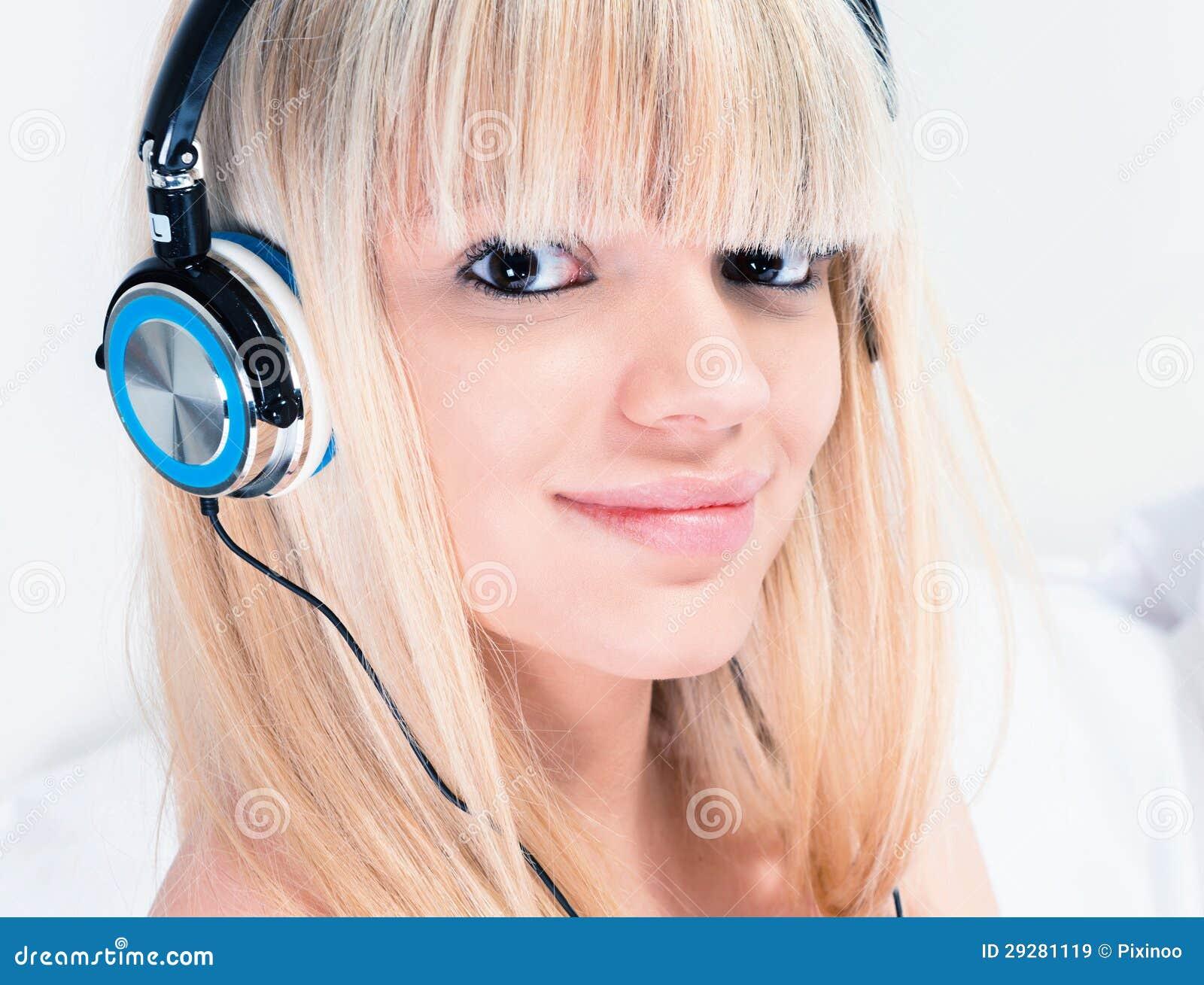 Fille assez blonde écoutant la musique sur son smartphone