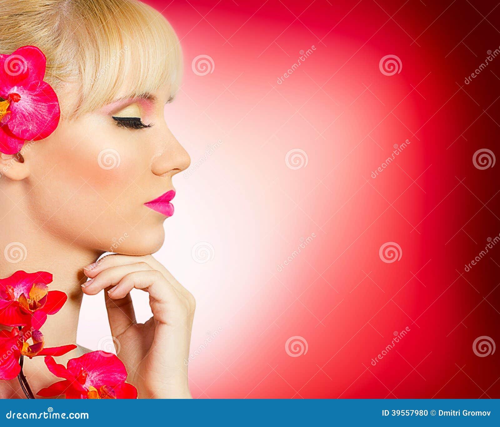 Fille assez blonde avec la fleur