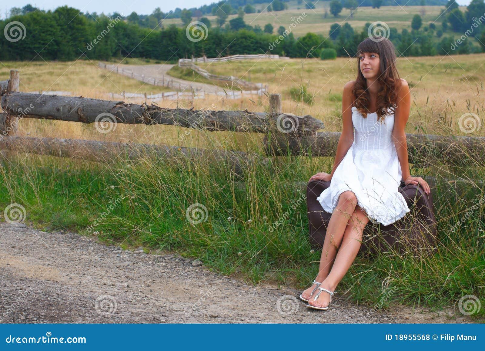 fille attendant une conduite photo stock image du adulte voyage 18955568. Black Bedroom Furniture Sets. Home Design Ideas