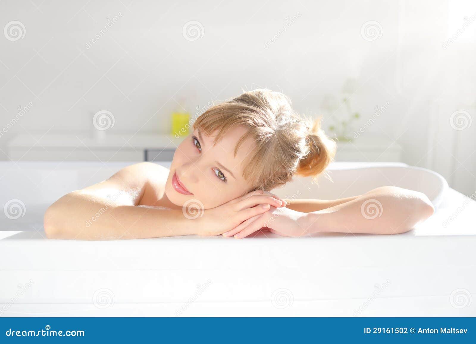 Fille attirante détendant dans le bain