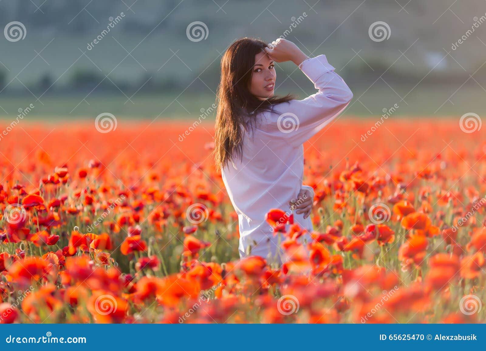 Fille au champ de floraison de pavot