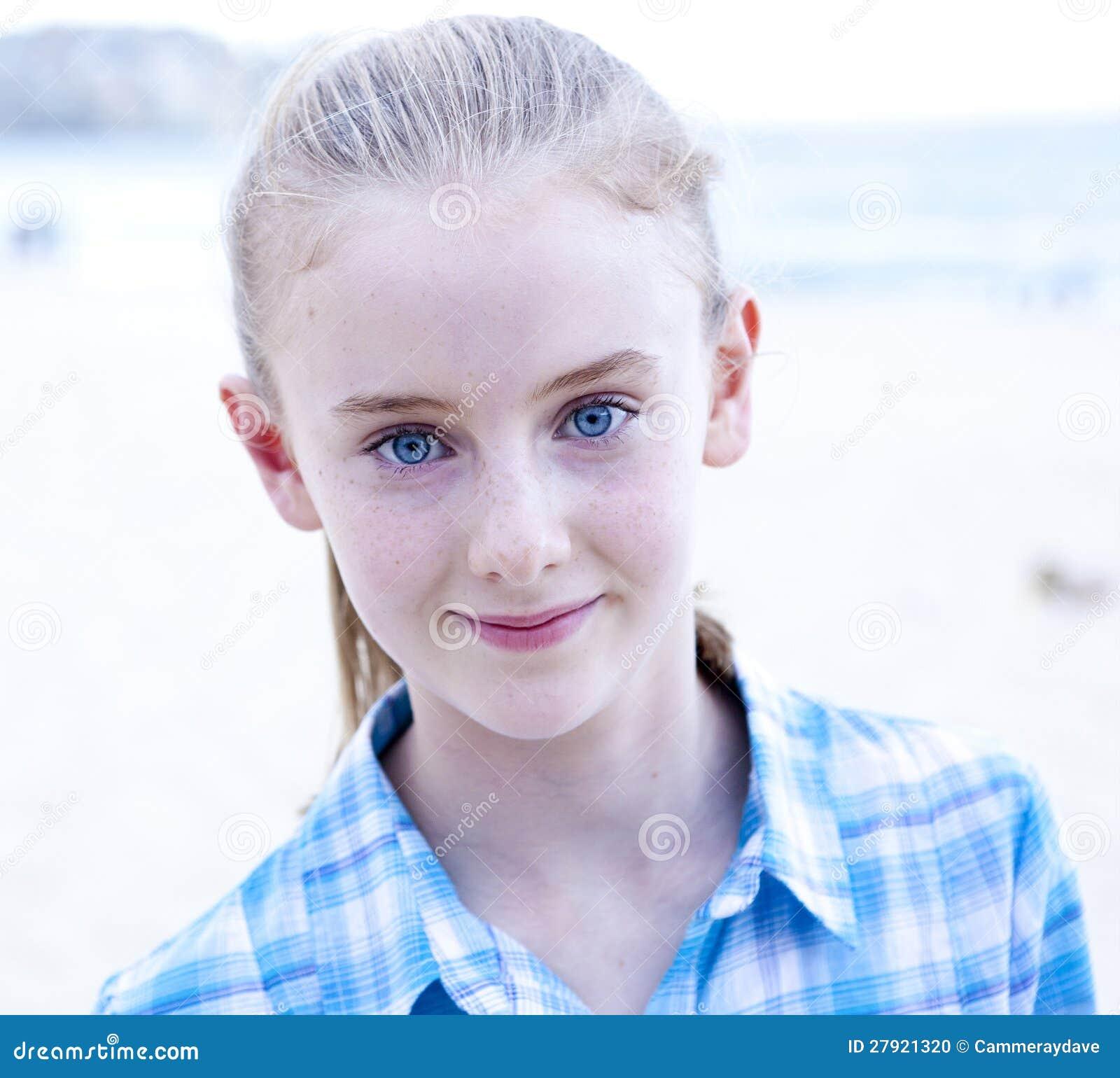 Fille aux yeux bleus photo stock image 27921320 - Fille yeux bleu ...
