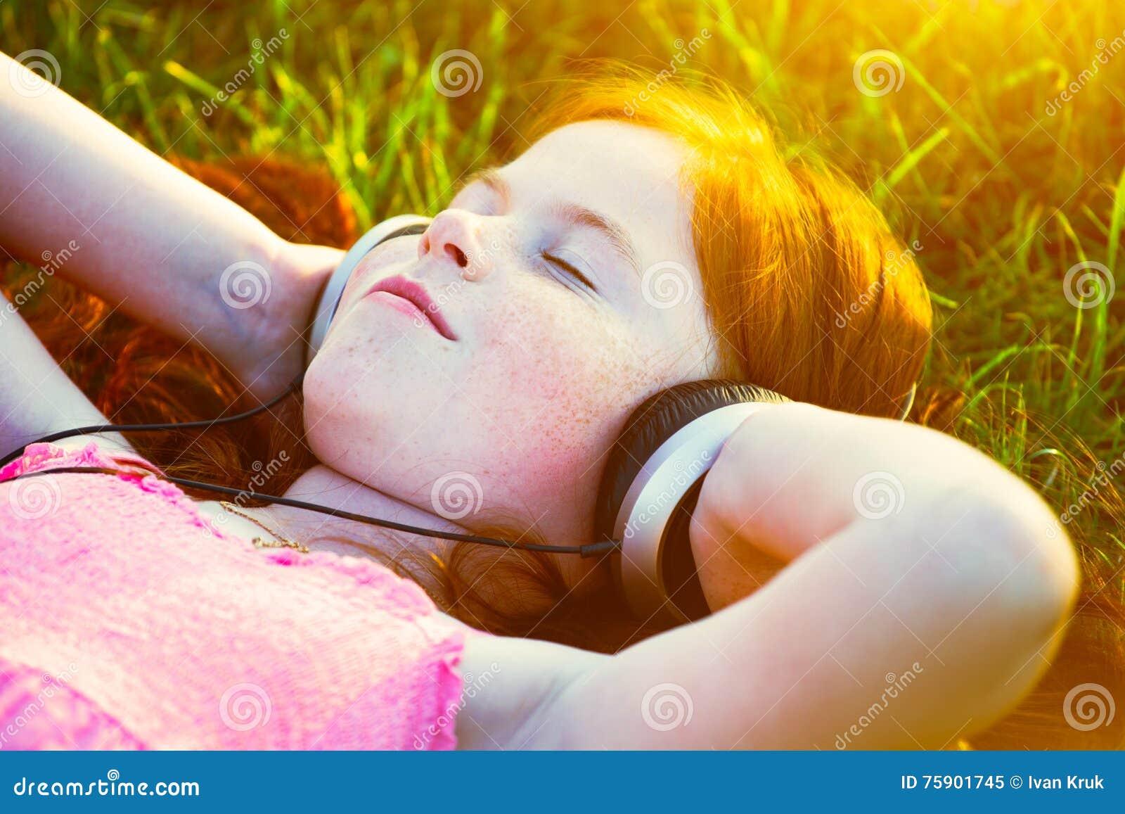 Fille avec des écouteurs écoutant la musique