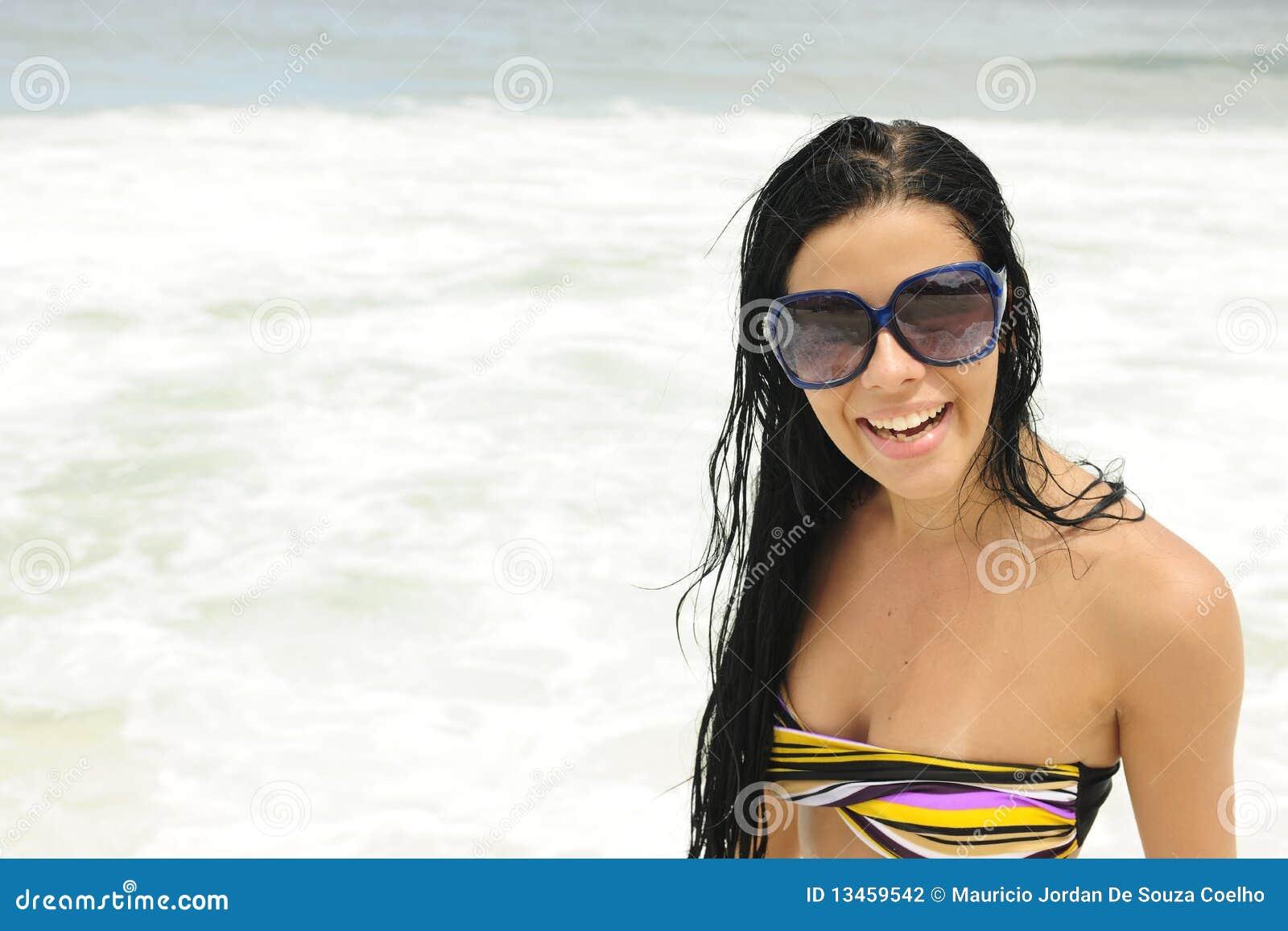 Fille avec des lunettes de soleil sur la plage