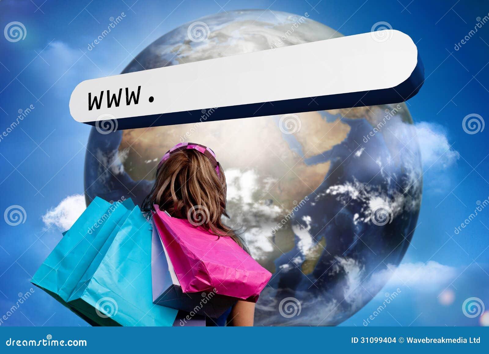 Fille avec des sacs à provisions regardant la barre d adresse avec la grande terre