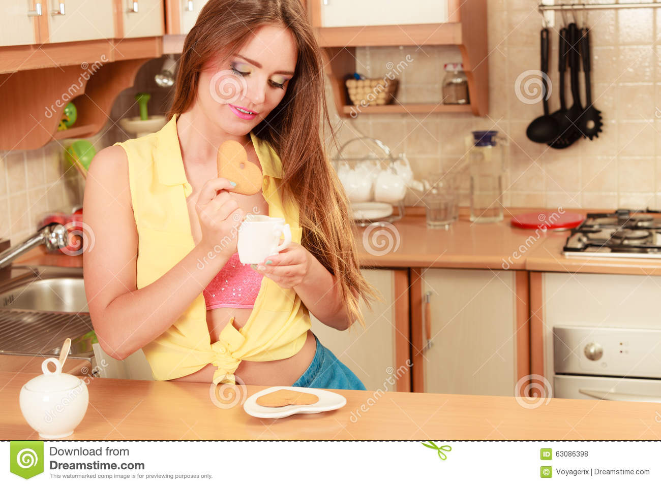Download Fille Avec Du Café De Thé Mangeant Le Biscuit De Pain D'épice Photo stock - Image du broche, thé: 63086398