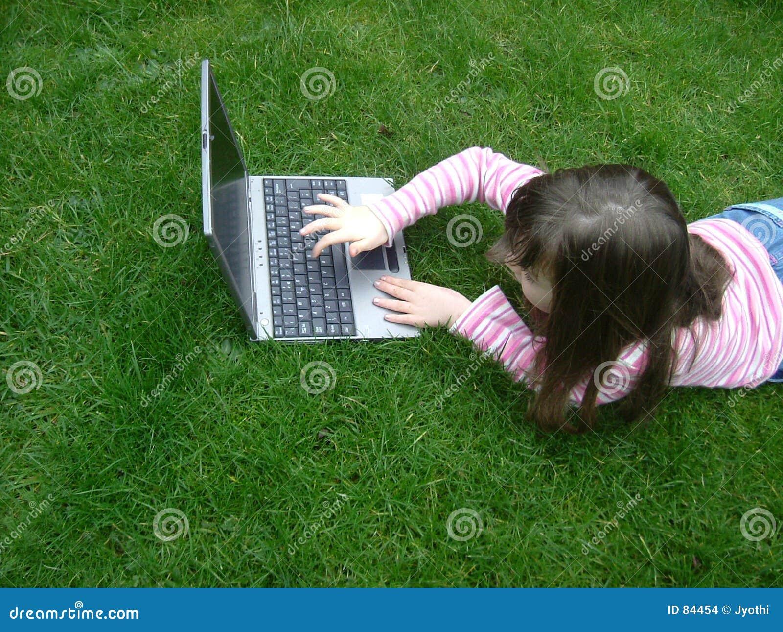Fille avec l ordinateur portatif