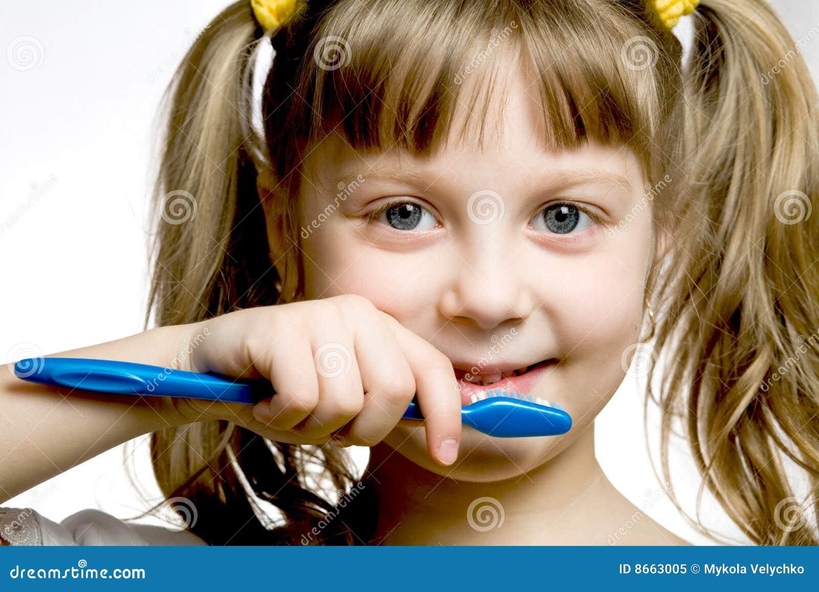 Fille avec la brosse à dents
