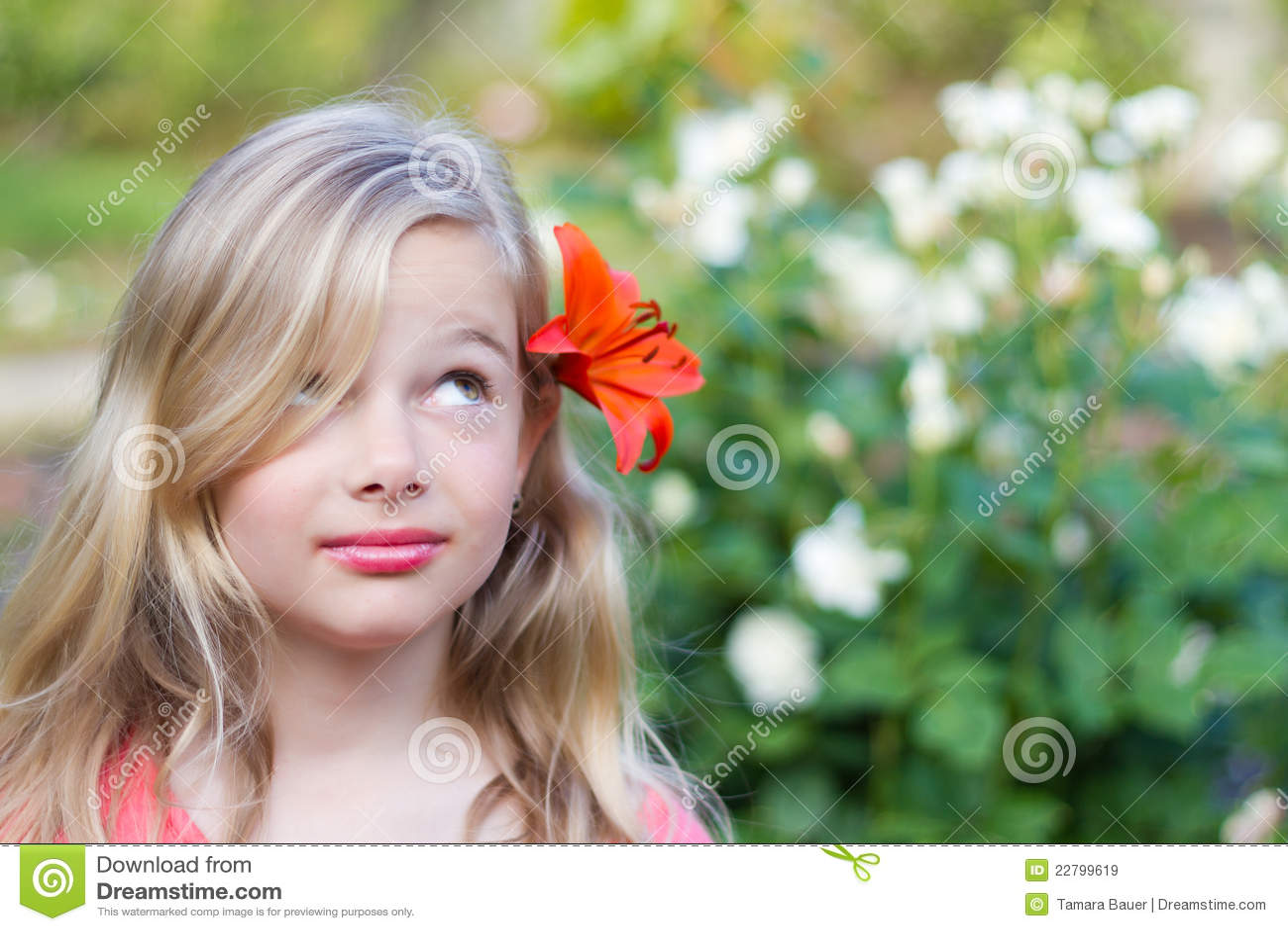 Fille avec la fleur dans le cheveu