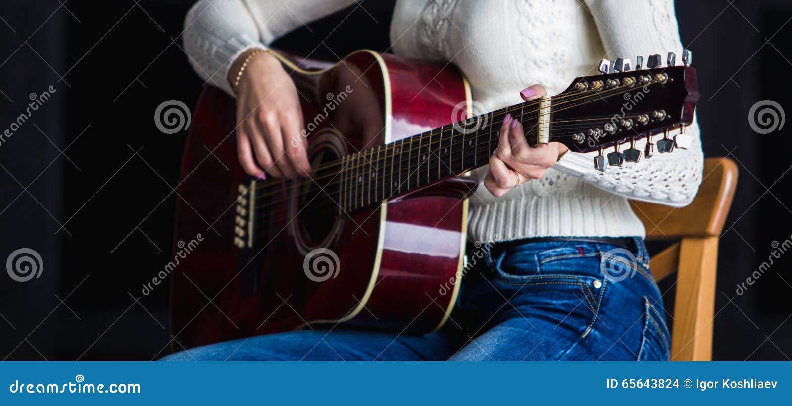 Fille avec la guitare