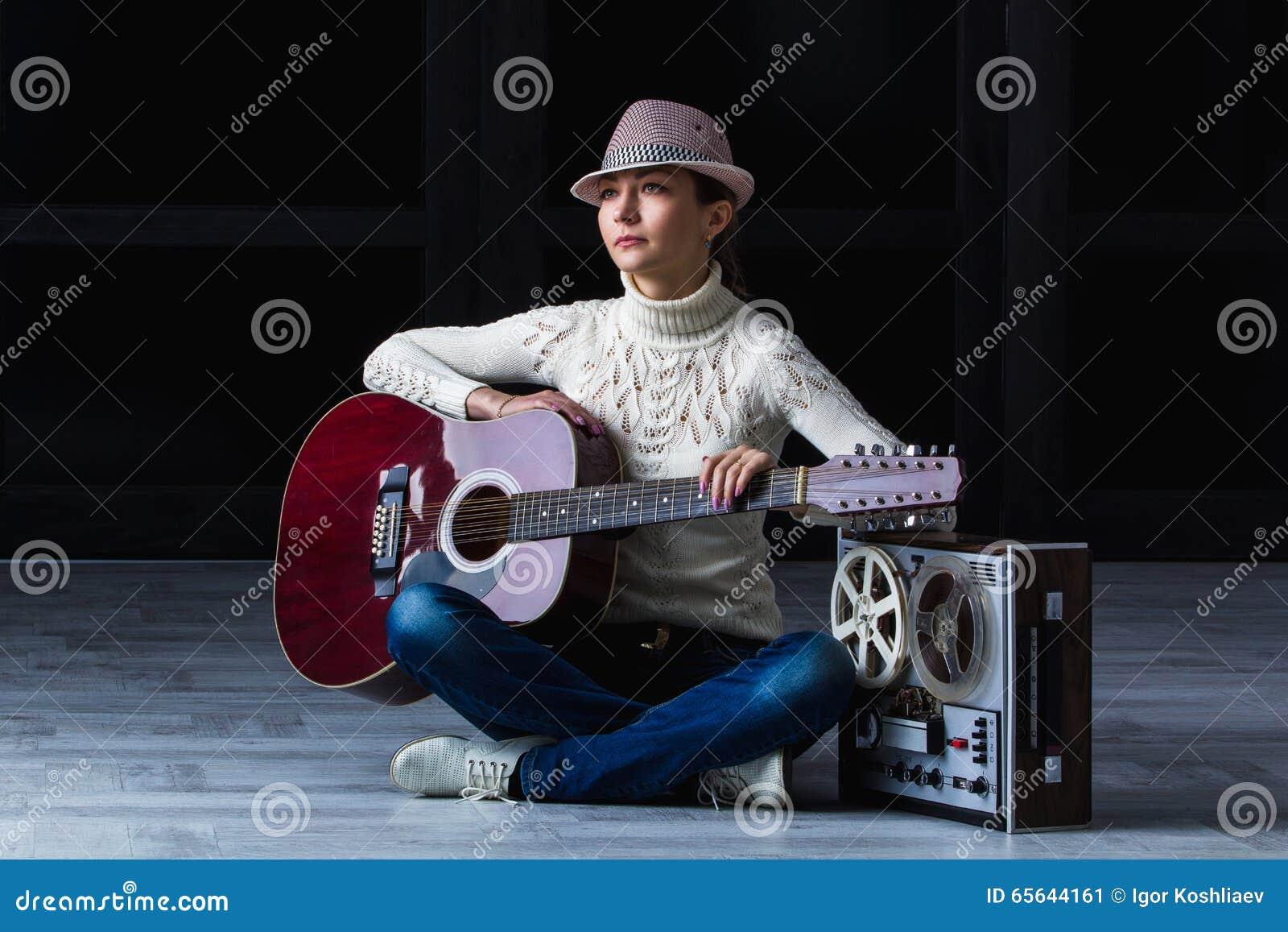 Fille avec la guitare et la bande