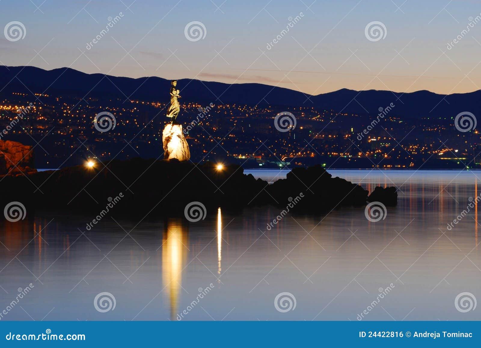 Fille avec la mouette avec Rijeka à l arrière-plan
