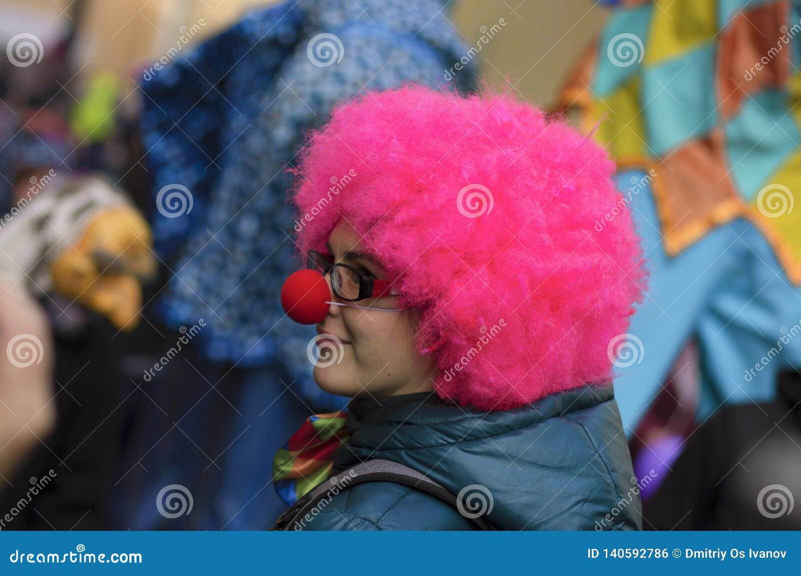 Fille avec la perruque rose et le nez de clown