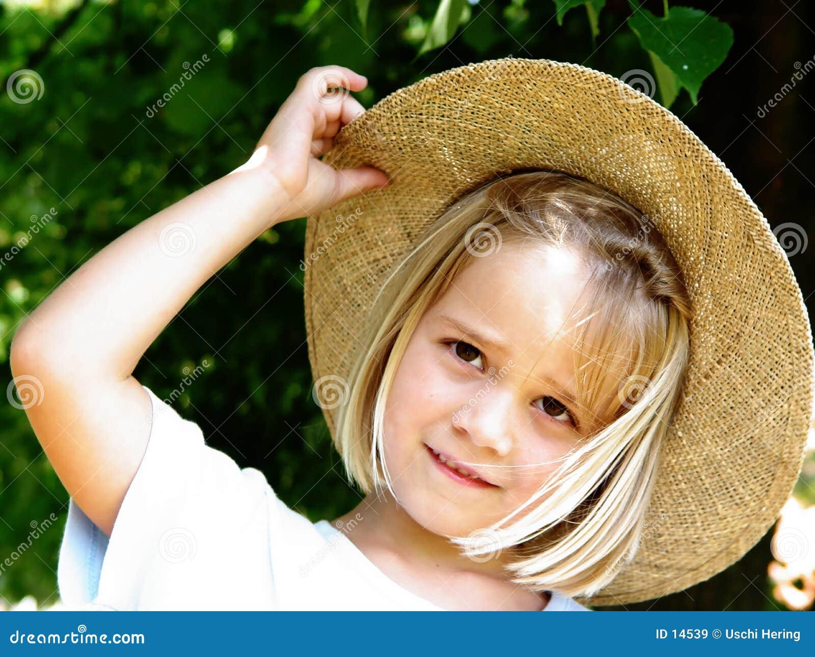 Fille avec le chapeau de paille