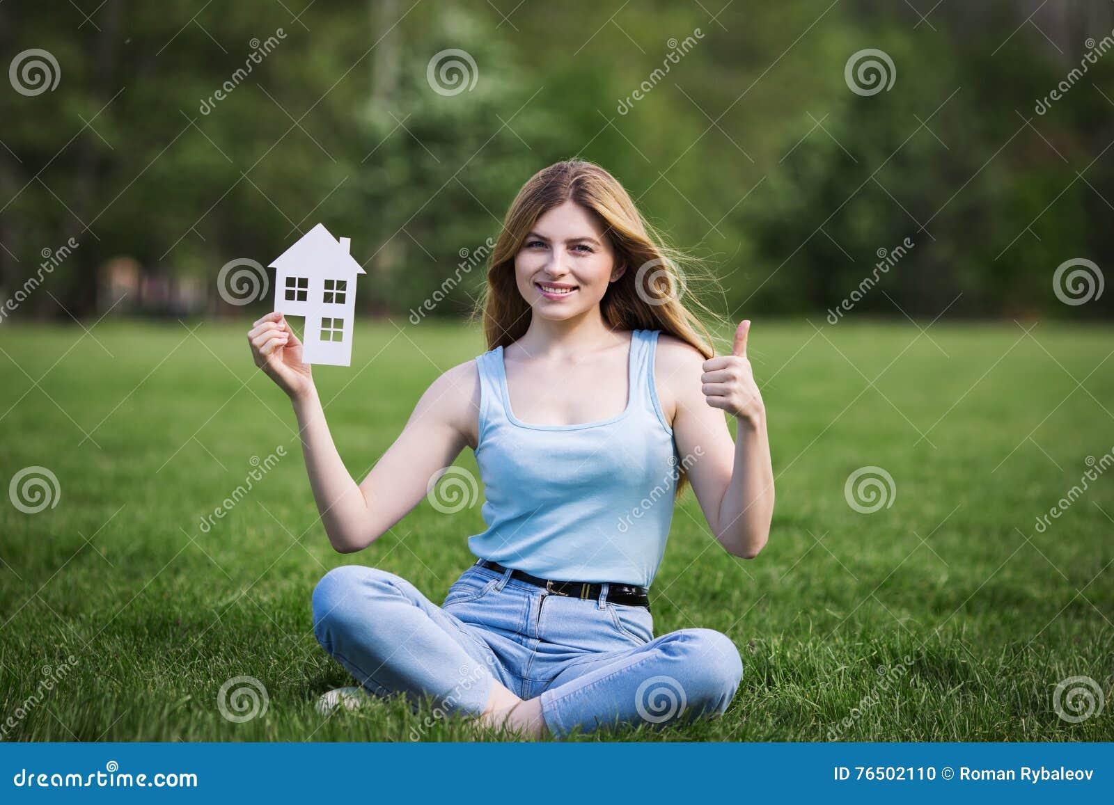 Fille avec le chiffre de carton de la maison